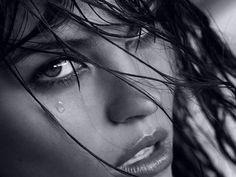 """Che mi piaccia non ne ho fatto mistero... Spero che anche a voi faccia piacere leggerlo e farlo leggere: Nizar Qabbani.  """"Io ti amo quando piangi e amo il tuo viso annuvolato e triste. La tristezza ci unisce e ci divide senza che io sappia senza che tu sappia. Quelle lacrime che scorrono, io le amo e in loro amo l'autunno. Alcune donne hanno dei bei visi ma diventano più belli quando piangono.""""  #nizarqabbani, #amore, #lacrime,"""