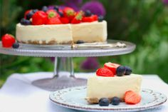 Frozen lemon cake with fresh berries. It's summer now! Cocktail Desserts, Cocktails, Baking Recipes, Dessert Recipes, Berries, Cheesecake, Frozen, Lemon, Food