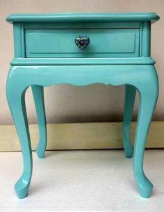 Criado antigo reformado, azul turquesa.