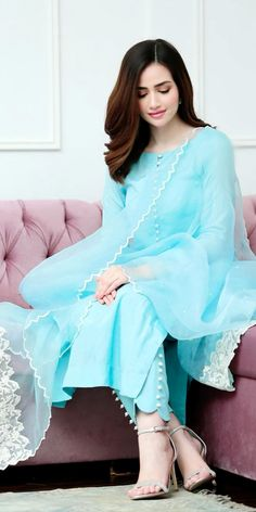 Sana Javed Javed is Most Poplar Actress and Most Beautiful Actress Stylish Dresses For Girls, Stylish Dress Designs, Simple Dresses, Casual Dresses, Heavy Dresses, Modest Fashion, Girl Fashion, Fashion Dresses, Fashion Design
