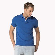 Ein zuverlässiger Begleiter für den Alltag: Das Poloshirt von Hilfiger in hochwertiger, weicher Baumwoll-Qualität bringt Leichtigkeit und Lässigkeit in jeden Casual-Look. Das Shirt sorgt mit seiner schmalen Passform und den gerippten Bündchen an den Ärmeln für einen definierten Oberkörper. Das dezente Label-Stitching auf Brusthöhe rundet den schlicht-sportiven Look perfekt ab. 100% Baumwolle...