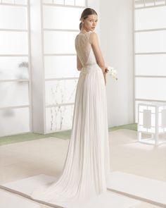 Vestido ligero con cuerpo de encaje y falda de muselina de seda, con cinturón broche de pedrería frost en cintura, en color natural.