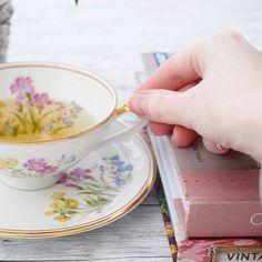 TEA TIME .  Ich stricke gerade an einem wunderschönen Tuch... die Reihen sind mittlerweile gefühlt endlos aber dann ist das Ende nah. .  Jetzt trinke ich in Ruhe einen grünen Tee und vielleicht kann ich heute noch abketten. .  Was machst du heute zum Entspannen? .  Actually i am knitting a wonderful new shawl and the rows seem to be endless now.  I have this cup of green tea now and maybe i will finish the shawl today... keep your fingers crossed. .  What are you doing for getting relaxed…