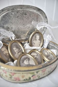 vintage, antique photos in an old tin box - A beautiful way to display family photos! Style Shabby Chic, Vintage Shabby Chic, Vintage Love, Vintage Decor, Vintage Vignettes, Vintage Tins, Vintage Antiques, Vintage Canisters, Antique Photos