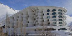Auch in Iran fahren ein paar Menschen Ski. Seit 1958 zum Beispiel in Schemschak, dem zweitgrößten Skigebiet des Landes nördlich von Teher an, wo Ryra Studio ein Hotel wie eine Buckelpiste entworfen haben.