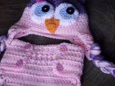 Conjunto de gorro, sapatinhos e tapa fralda confeccionado em crochê. detalhes - botões, flores cor - rosa/lilás tamanhos - RN / 1 a 3 / 3 a 6 / 6 a 9 meses R$ 79,90