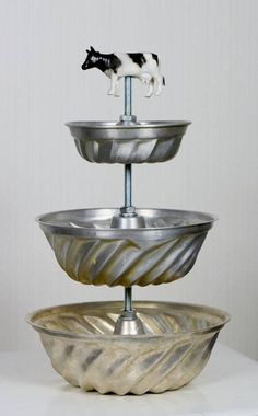 Cake stand made of second hand cake tins threaded rod and nuts. Love it! // Kak Cake stand made of second hand cake tins threaded rod and nuts. Love it! Recycled Crafts, Diy And Crafts, Vintage Diy, Tiered Stand, Cake Plates, Cake Tins, Repurposed Items, Tray Decor, Upcycle