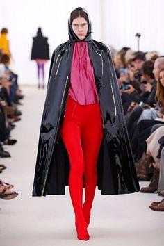 Num clima oitentista, o estilista colocou na passarela da Semana de Moda de Paris muito látex e vinil em cores vibrantes!