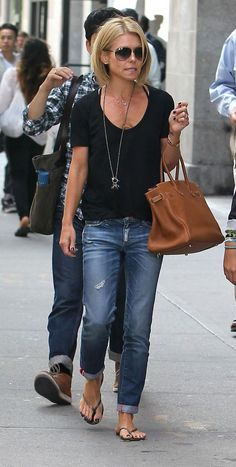 Highwaisted faded jeans outfit, boyfriend jeans outfit casual, tshirt and. Mode Outfits, Jean Outfits, Casual Outfits, Fashion Outfits, Womens Fashion, Jeans Fashion, Casual Jeans, Looks Chic, Looks Style