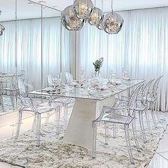 50 tons de branco.😍❤️ Marque aquele amigo/amiga que é fã deste estilo de decoração.🤘🏻 #maisinteriores #decor #design #interior #interiordesign #arquitetura #architecture #instaart #instahome #art #arte #instadecor #instadesign #inspiração #inspiraçãododia #inspiration #decoration #sala #decoração #luxury #perfect #project #tudolindo #love #designer #beautiful #lovedecor #instagood #house #saladejantar