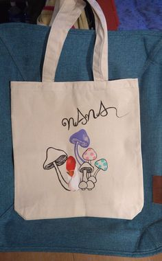 The hand-painted paint to tote back of the canvas 手描きの茸柄のキャンバス地トートバック。