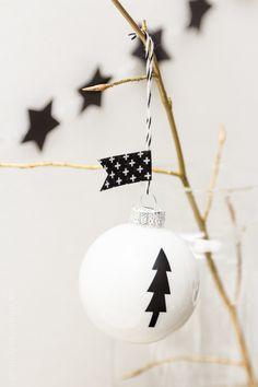 Snowflake-Cupcakes mit weißem Schokoladensirup,ein gigantischer Peanutbutter-Banana-Cake, DIY Weihnachtskugeln, ein { Sweet Table }