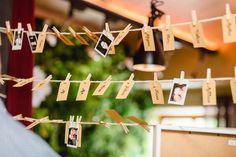 Foto mit der Sofortbildkamera bei der Hochzeit aufnehmen, und mit einer Klammer an der Leine bei dem entsprechenden Namen heften. Tolle Idee für eine Vintage Hochzeit oder? Foto: http://www.frauvau.photography/