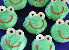 Frog Cupcakes I'll probably substitute Goldfish and raisins for the marshmallows and chocolate chips