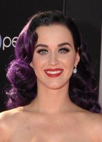 El pelo teñido de colores atrevidos es lo que más se lleva esta temporada http://www.guiasdemujer.es/st/uncategorized/Katy-Perry-Adriana-Abenia-y-Demi-Lovato-se-suman-a-la-moda-del-pelo-de-2537