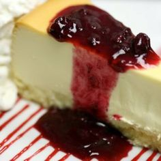 Cheesecake with strawberry syrup topping. Yummy Snacks, Delicious Desserts, Yummy Food, Mexican Dessert Recipes, Paleo, Raspberry Cheesecake, My Best Recipe, Dessert Drinks, Creative Food