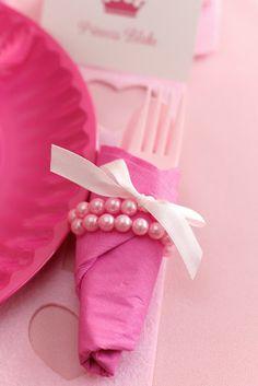 Qué buen idea, envuelve los cubiertos de la fiesta princesa en una servilleta rosa y luego unas cuentas de perlas! / Lovely idea, wrap the princess party cutlery in a pink napkin and then pearls!