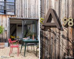 Deux passionnés de brocante, notamment de design des années 1950 à 1970 et de style industriel, transforment une ancienne ferme, située dans...