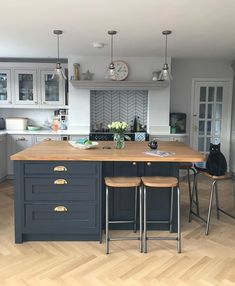 There is no question that designing a new kitchen layout for a large kitchen is much easier than for a small kitchen. A large kitchen provides a designer with adequate space to incorporate many convenient kitchen accessories such as wall ovens, raised. Home Decor Kitchen, Kitchen Living, New Kitchen, Home Kitchens, Kitchen Ideas, Rustic Kitchen, Awesome Kitchen, Kitchen Modern, Blue Country Kitchen