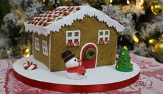 La casetta in pan di zenzero, un tipico dolce natalizio perfetto per far felici grandi e bambini. Ecco la ricetta spiegata passo passo.