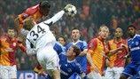 Galatasaray 1-1 Schalke   El portero del Schalke Timo Hildebrand despeja un balón frente a Didier Drogba. [20.02.13]
