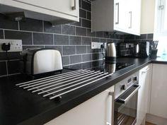 cuisine blanche avec plan de travail noir toute simple