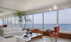 Rodrigo Barbosa utilizou o Bambu Mossô nas extremidades do salão a fim de integrar a decoração com a paisagem. Para o arquiteto, o bambu de grande porte entra em harmonia com o azul do mar ao fundo. É uma boa opção para moradias com vista para a praia