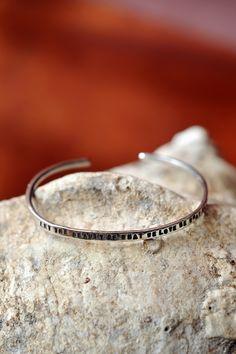 In al z'n eenvoud is dit een beauty, deze zilveren armband. Subtiel ingegraveerd staat de tekst van Rumi 'Let the beauty of what we love be in what we do'.