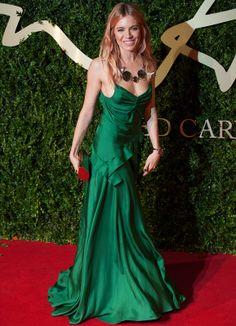 Sienna Miller de largo y con un vestido de tirantes en seda verde de Burberry Prorsum, que combinó este diseño con un gran collar de Dominic Jones y clutch gold.
