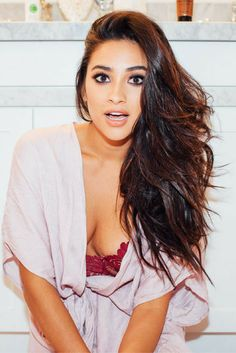 Actress Shay Mitchell talks mixing foundations, her choice bronzer for body contouring, and the best makeup-removing wipes in ITG& Top Shelf After Dark. Emily Fields, Pretty Little Liars, Shay Mitchell Style, Shay Mitchell Hair, Pll, Non Blondes, Gorgeous Hair, Beautiful, Stunning Women