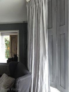 Luikjes geschilderd met kalkverf van carte colori kleur nero. House Shutters, Roof Lantern, Antique Beds, Window Styles, Window Coverings, Soft Furnishings, Rustic Style, House Colors, Decor Styles