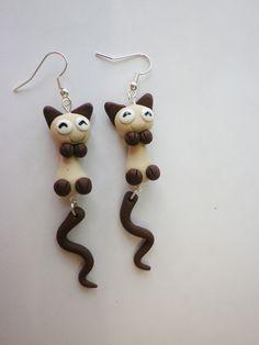 boucle d oreille fimo chat siamois mignon qui traverse l oreille yeux souriants rigolo : Boucles d'oreille par fimo-relie