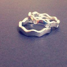 예비 쥬얼리디자이너인 이진주님께서 직접 제작하신 물결무늬의 커플링입니다. 이런 독특한 커플링 정말 마음에 쏙 드네요 ^^ http://me2.do/G7vjLUix