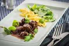 Rindergulasch sous-vide-gegart mit Butterspätzle und Joghurt-Gurkensalat