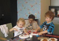 De kinderen knutselen er op los met de ouderen! Onder het genot van een stukje cake.