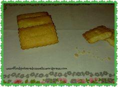 Qualche giorno fa avevo scovato lo stampo che desideravo da tempo, quello dei biscotti petit e non vedevo l'ora di utilizzarlo.   Poi sono arrivati dei giorni un po' tribolati ed ho pensato a tutto meno che ai miei biscottini     Oggi cerco di ritornare alla mia routine, al mio piccolo blog e ai profumi della mia cucina.     ..Ricomincio da qui, da una ricetta semplicissima di biscotti secchi, scovata su una vecchia raccolta di ricette di biscotti di cucinait.com, stampata anni fa.