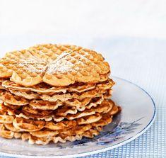Vastapaistetun vohvelin tuoksu on vastustamaton. Waffle Day, Hot Sausage, Custard, Deli, Apple Pie, Pancakes, Deserts, Food And Drink, Sweets