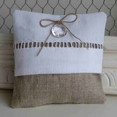 Coussin de lavande romantique Fabric Bags, Linen Fabric, Coin Couture, Lavender Sachets, Linens And Lace, Pin Cushions, Pillow Covers, Sewing Projects, Shabby Chic