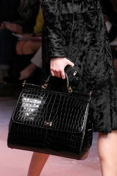 Dolce & Gabbana Fall 2015 Ready-to-Wear (RTW) Runway: Handbags Handbags On Sale, Luxury Handbags, Fashion Handbags, Tote Handbags, Purses And Handbags, Fashion Bags, Beautiful Handbags, Beautiful Bags, Moda Paris