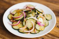 This crunchy-delicious cucumber salad proves that a recipe can be amazing and easy, as long as you have the right ingredients. Cucumber Uses, Easy Cucumber Salad, 200 Calories, Pause Café, Fresh Salsa, Nutrition, Italian Dressing, Kraft Recipes