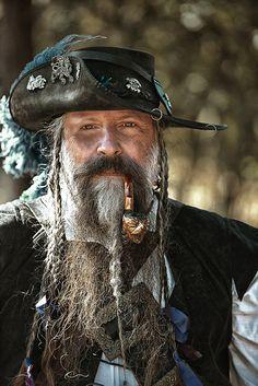 Die Art wie dieser herr seinen Musketier-Hut trägt gefällt mir