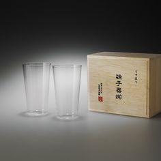 74090644 うすはりグラス しょうとくがらす配送種別     ラッピング    スタンダードな形で多用途に使える人気のタンブラーMペアセット。お酒はもちろん、ソフトドリンクなどにもお使いいただけます。用途:日常用として多用途に【うすはりグラス】「うすはり」のとは、ガラスのこと。大正時代の電球用ガラス生産で培ったノウハウを生かしたもので、熟練職人が一つひとつ丹精こめて吹き上げる手作りのグラスです。持った感触、口当たりのよさが魅力のグラスの厚さは約0.9mm。それ以下では弱く、それ以上では口当たりが違う。こんな繊細なうすはりを実現する職人は、卓越した技術力を誇るとして知られています。職人の巧みな技から生まれる極薄のグラスの縁に氷がぶつかる音は、まるで音楽のような心地よい響きです。
