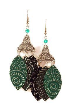 Boucles d'oreilles légères en aluminium et métal argenté - Trois plumes bleues et vertes : Boucles d'oreille par cap-and-pap