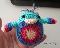 Pollito de Colores Amigurumi - Patrón Gratis en Español aquí: http://trespcrochet.blogspot.com.es/2014/04/como-hacer-un-pollito-de-crochet.html