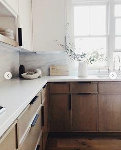 Natural Wood Kitchen Cabinets, Marble Kitchen Counters, Kitchen Wood, Black Counters, Ikea Kitchen, Kitchen Cupboards, Kitchen Backsplash, Modern Kitchen Interiors, Home Decor Kitchen