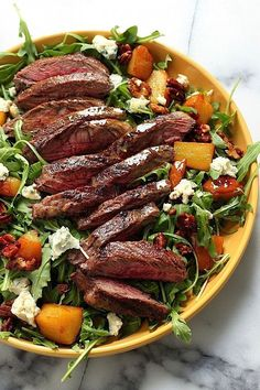 Salad For Dinner - Tasty Salad Recipes - ARUGULA SKIRT STEAK SALAD What doesn't sound good about this? Caramelized pears, candied pecans, chunks of gorgonzola, and juicy steak make for one seriously decadent salad. Healthy Recipes, Beef Recipes, Cooking Recipes, Healthy Salads, Healthy Steak, Vegetarian Recipes, Steak Salat, Manger Healthy, Clean Eating