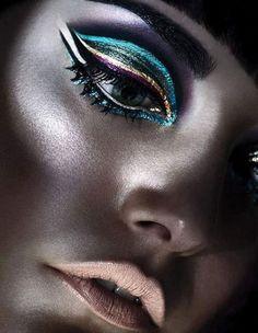 The most trendy metallic makeup looks Egyptian Makeup, Cleopatra Makeup, Make Up Designs, Metallic Makeup, Metallic Eyeliner, Metallic Colors, Glitter Makeup, Peacock Colors, Winged Eyeliner