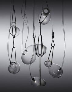 Catch lamp è una collezione di lampade in ottone e vetro progettatte dallo studio Lindsey Adelman di New York. Ogni lampada viene prodotta soffiando il vetro direttamente nella struttura di ottone, così il vetro per effetto della gravità crea questa splendida forma diventando un tutt'uno con la struttura. Catch è una lampada molto suggestiva ed è disponibile in tre dimensioni e finiture.