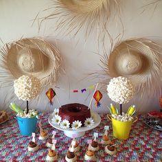 Hoje a noite vou postar no meu IG @festashomemade as nossas festas junina aqui de casa! Algumas ideias pra vc fazer um arraia bem legal ai na sua casa Tb! 😊❤️ A noitinha tá?! 🎋🌽🍬