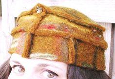 """Dieser Filzhut wurde eigens zu der Kunstraubaktion """"Musterhäuser"""" angefertigt. Er trägt die Farben Afrikas in sich und soll eher meiner Vorstellun..."""